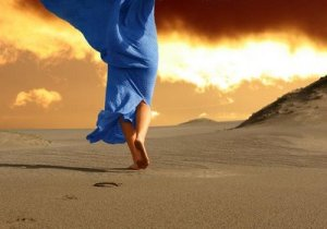 donna sulla sabbia